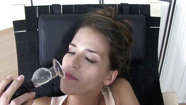 Սեքս առանց գրանցման  Դեռահասը օձ մինետ անցնում է հետեւի նստատեղին