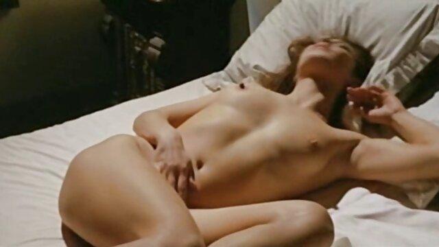 Սեքս առանց գրանցման  Կարճ հպում պոռնո Անիմե առանց գրաքննության իր վարտիքի տակ գտնվող տաբատներին